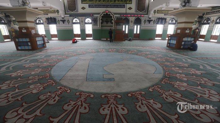 Suasana ruang utama Masjid Agung Al Azhar Kebayoran Baru Jakarta, Sabtu (9/5/2020). Masjid yang dibangun pada tahun 1953 dan selesai pembangunan pada 1958 itu awalnya bernama Masjid Agung Kebayoran dan pernah menyandang masjid terbesar di Jakarta saat itu hingga selesainya pembangunan Masjid Istiqlal pada 1978. Nama Al Azhar kemudian digunakan untuk masjid yang menjadi satu dengan kompleks lembaga pendidikan saat kunjungan Imam Besar Al-Azhar Mesir, Mahmud Syaltut pada tahun 1960. Penamaan ini merujuk pada pencapaian imam besar masjid, Abdul Malik Karim Amrullah (atau dikenal sebagai Hamka), seorang ulama dan aktivis Islam yang dianugerahi gelar doktor kehormatan oleh Universitas Al-Azhar, Mesir. TRIBUNNEWS/HERUDIN