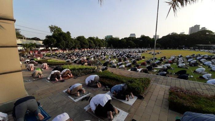 Salat Idul Adha di Masjid Agung Al Azhar Kebayoran, Jemaah Meluber Sampai ke Lapangan Bola