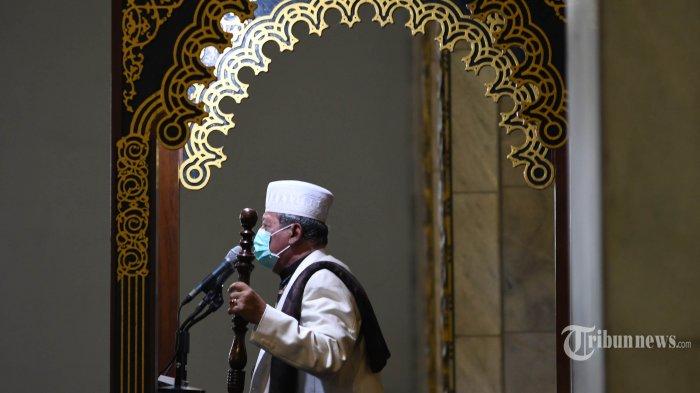 Khotib menyampaikan Khutbah Jumat dengan memakai masker di Masjid Nasional Al Akbar, Kota Surabaya, Jawa Timur, Jumat (27/3/2020).