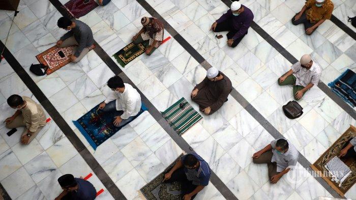 Umat Islam saat melaksanakan shalat jumat dengan menerapkan jarak fisik pada hari pertama masa transisi pembatasan sosial berskala besar (PSBB) di Masjid Cut Meutia, Jakarta Pusat, Jumat (5/6/2020). Masjid Cut Meutia kembali menggelar shalat jumat pertama setelah masa penguncian akibat COVID-19 dengan menerapkan protokol kesehatan seperti menggunakan masker, mencuci tangan, pengukuran suhu tubuh dan menjaga jarak fisik serta diisi hanya 50 persen kapasitas jemaah. Tribunnews/Jeprima