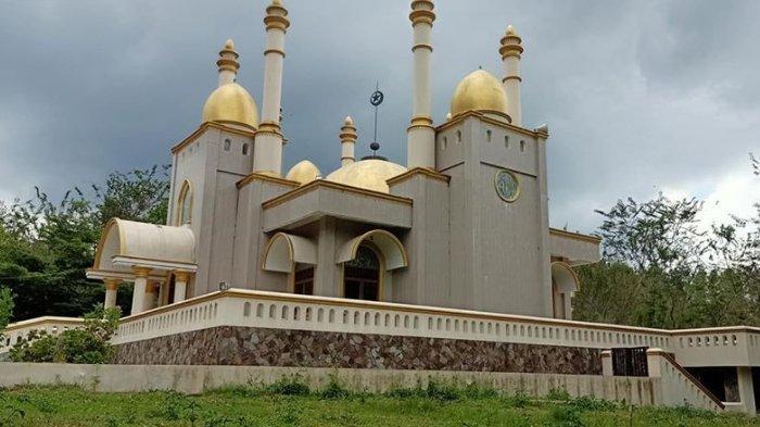 Tampak belakang masjid megah di tengah hutan yang sedang viral.