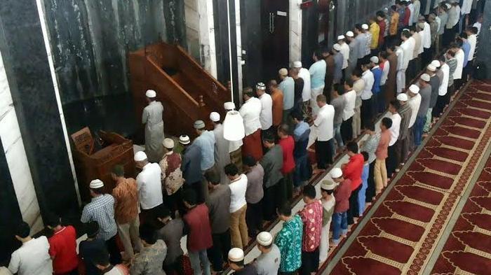 Suasana salat berjamaah di Masjid Hasanuddin Madjedi di Banjarmasin. Ada buka puasa bersama untuk puasa sunah Senin dan Kamis.