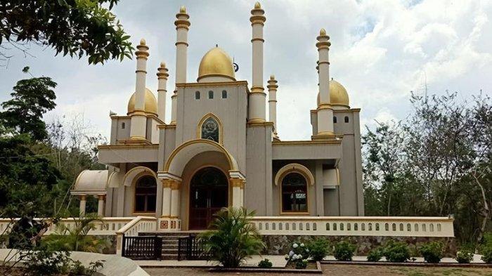Akun Facebook Luchyana Make Up mengunggah foto masjid megah yang berada di tengah hutan. Masjid tersebut berlokasi di Gowa, Sulawesi Selatan. (Luchyana Make Up)