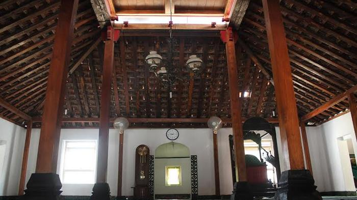 Masjid Pathok Negoro Ploso Kuning, Sleman, Unik Dengan Atap Model Tumpang dan Mahkota di Atasnya