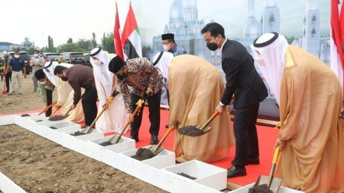 Wali Kota Solo Gibran Rakabuming Raka (kedua dari kanan) saat peletakan batu pertama pembangunan Masjid Raya Sheikh Zayed pada Sabtu (6/3/2021)