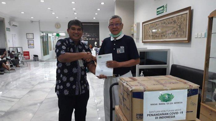 Tzu Chi Indonesia Sumbang 4.000 Masker dan 100 Baju Isolasi untuk RSCM