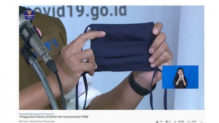 Ketua Tim Pakar Gugus Tugas Percepatan Penanganan Covid-19, Prof Wiku Adisasmito, menunjukkan masker kain 3 lapis yang direkomendasikan agar digunakan masyarakat untuk menangkal virus corona.
