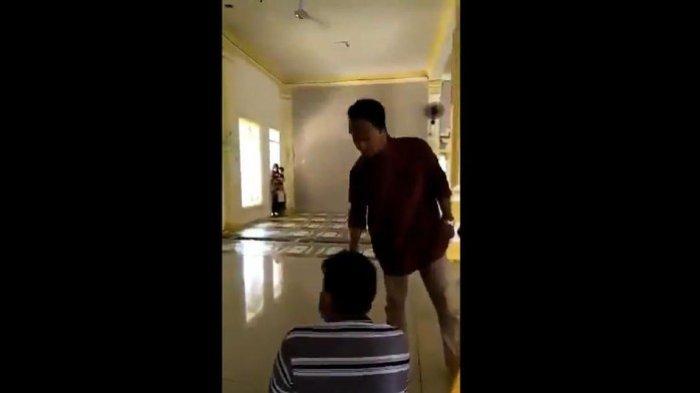 Viral seorang jemaah masjid dibentak dan dipaksa keluar karena memakai masker di dalam masjid.