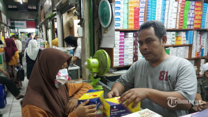 MASKER N95 LANGKA - Seorang beli bertransaksi pembelian masker N95 di Pasar Pramuka, Jakarta. Selasa (4/2/2020). Sejumlah pedagang Farmasi menyatakan kebahisan Masker N95 dan sangat langka. Hal ini dikarenakan Mewabahnya Virus Corona dari China, membuat masyarakat mencegah dengan membeli Masker N95 tersebut. (Wartakota/Nur Ichsan)