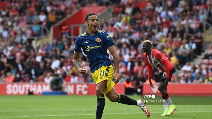 Striker Manchester United Inggris Mason Greenwood merayakan setelah mencetak gol penyama kedudukan selama pertandingan sepak bola Liga Premier Inggris antara Southampton dan Manchester United di Stadion St Mary di Southampton, Inggris selatan pada 22 Agustus 2021.