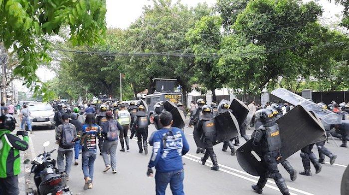 Gagal Dekati Istana, Polisi Halau Massa Aksi 1812 ke Arah Tanah Abang
