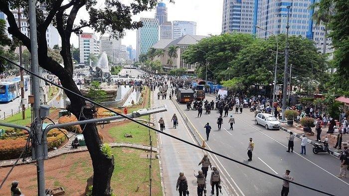 Massa aksi 1812 tiba di Patung Kuda Monas, Kecamatan Gambir, Jakarta Pusat, langsung dibubarkan polisi, Jumat (18/12/2020), pukul 13.30 WIB.