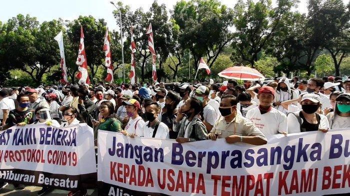 Massa aksi dari Griya Pijat dan pemandu karaoke berunjuk rasa di depan gedung Balai Kota DKI Jakarta, Selasa (21/7/2020) pagi.