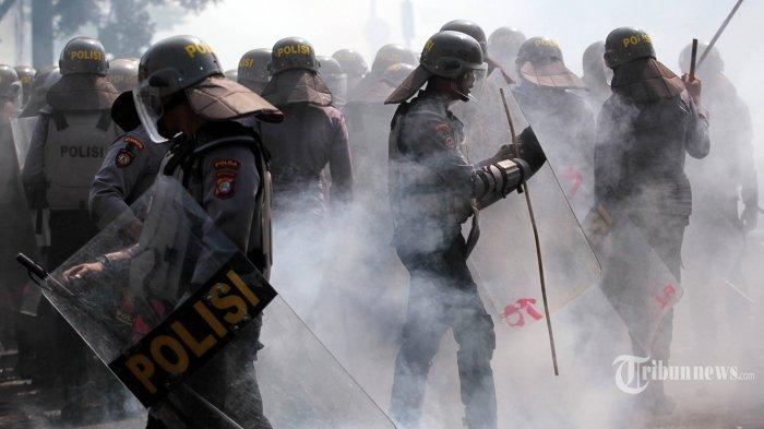 Massa aksi terlibat bentrokan dengan aparat Kepolisian di kawasan Petamburan, Jakarta Pusat, Rabu (22/5/2019). Massa aksi pendukung salah satu pasangan capres yang sebelumnya berunjuk rasa di depan Bawaslu, menyerang Asrama Brimob Petamburan dan membakar beberapa kendaraan. TRIBUNNEWS/DANY PERMANA