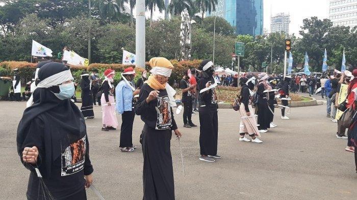 Massa buruh berunjuk rasa memperingati May Day mematuhi protokol Covid-19, di Jalan Medan Merdeka Barat, Sabtu (1/5/2021).