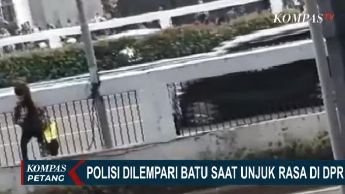 Viral! Video Detik-detik Polisi Dilempari Batu Saat Unjuk Rasa RUU HIP di DPR Kemarin