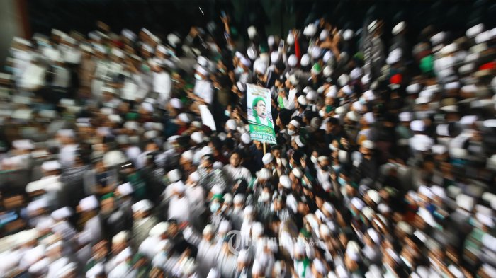 Massa pengikut Imam Besar Front Pembela Islam Habib Rizieq Shihab memenuhi Terminal III Bandara Soekarno Hatta, Tangerang, Banten, Selasa (10/11/2020).  Habib Rizieq Shihab kembali ke Indonesia setelah tinggal di Arab Saudi selama 3 tahun. TRIBUNNEWS/IRWAN RISMAWAN