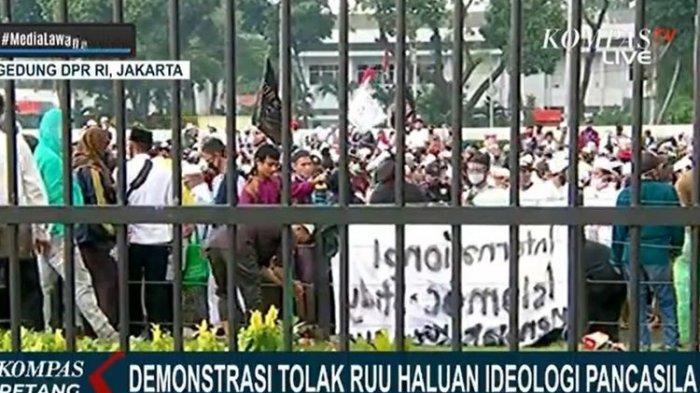 Massa melakukan aksi unjuk rasa menolak pembahasan Rancangan Undang-Undang Haluan Ideologi Pancasila (RUU HIP) di depan Gedung DPR/MPR RI Jalan Gatot Subroto, Jakarta Selatan, Rabu (24/6/2020).
