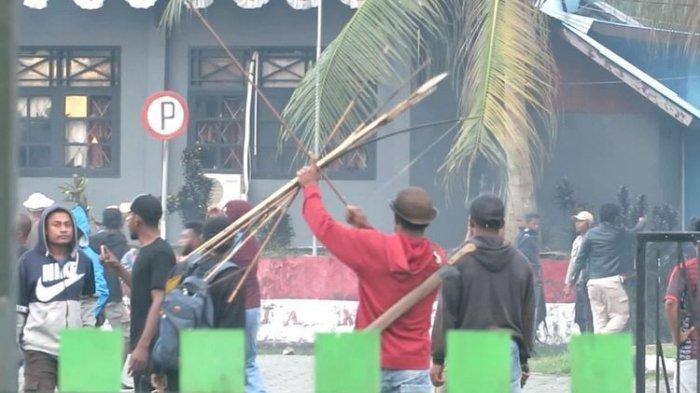 Massa membakar kantor bupati Waropen, Jumat (6/3/220),  setelah Yeremias Bisai ditetapkan sebagai tersangka gratifikasi Rp 19 miliar.