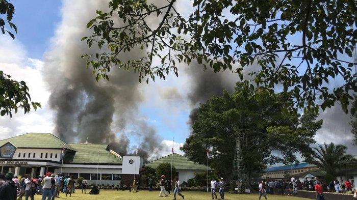 Massa pengunjuk rasa bakar kantor Bupati Jayawijaya di Wamena, Papua, Senin (23/9/2019) pagi.