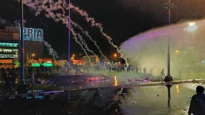 Polisi Bubarkan Demonstran Anti UU Cipta Kerja di Banyumas dengan Gas Air Mata