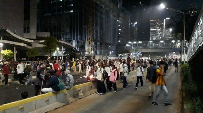 Massa Bertahan di Kawasan Semanggi, Bakar Pembatas Jalan Hingga Lempar Batu ke Arah Barracuda