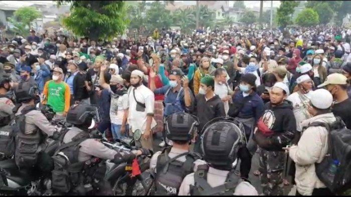 Massa yang diduga simpatisan Muhammad Rizieq Shihab (MRS) menggeruduk kawasan Pengadilan Negeri (PN) Jakarta Timur seraya sidang vonis untuk perkara hasil swab test RS UMMI, Kamis (24/6/2021).