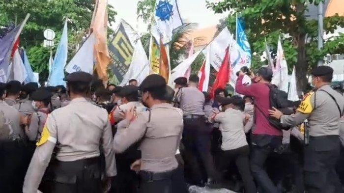 Massa Mulai Terlibat Aksi Saling Dorong dengan Polisi di Depan Gedung KPK