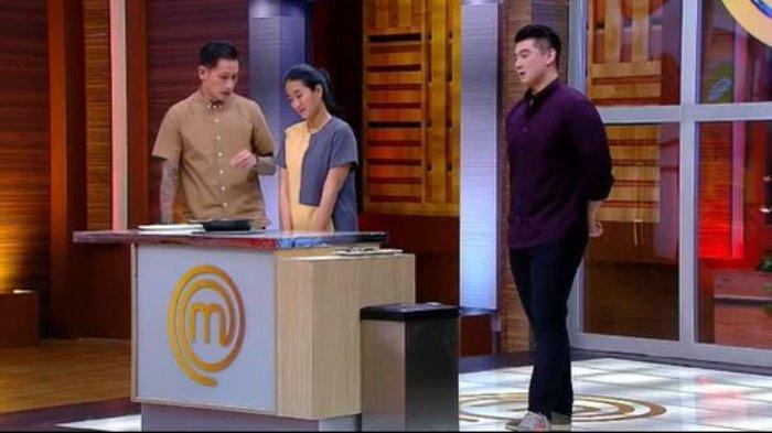 Selain menonton lewat siaran televisi, kamu bisa menyaksikan MasterChef Indonesia Season 8 secara streaming lewat HP di aplikasi RCTI+ atau via online.
