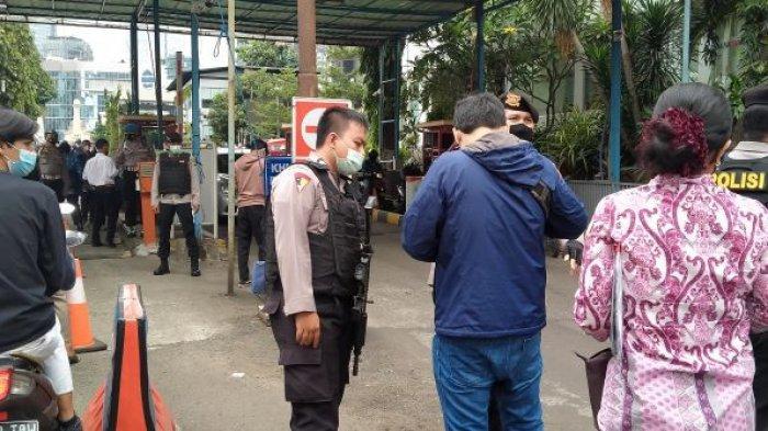 Perketat Keamanan, Polisi Periksa Barang Bawaan Masyarakat yang Masuk Polda Metro