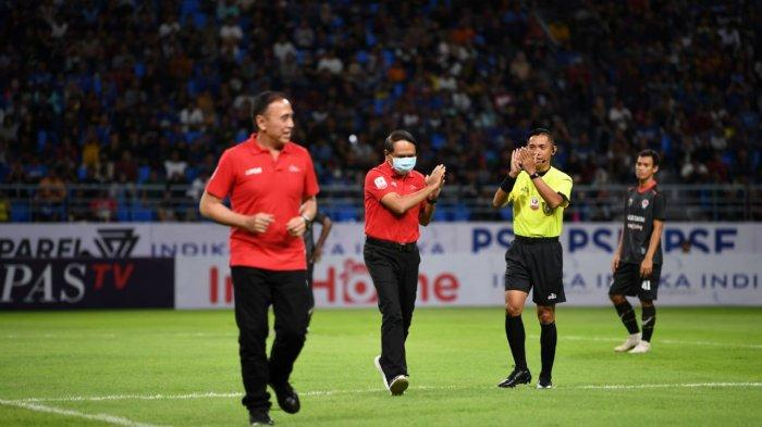 Masukkan tegas dan apresiasi diberikan Menpora Zainudin Amali kepada PSSI dan PT LIB yang menghentikan sementara Liga 1 dan Liga 2 sebagai langkah waspada terhadap meluasnya penyebaran virus Corona di Indonesia. Hal itu disampaikan Menpora usai berdiskusi bersama Ketua PSSI Mochamad Iriawan dan Direktur Liga Indonesia Baru Cucu Somantri usai menyaksikan pertandingan pembukaan Liga 2 antara Persiba vs Kalteng Putra di Stadion Batakan, Balikpapan, Sabtu (14/3/2020) malam.