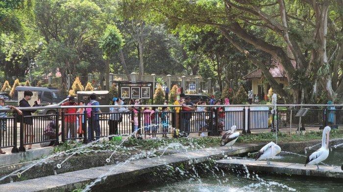Masyarakat memadati Taman Margasatwa Ragunan, Jakarta Selatan, sehari setelah Hari Raya Idul Fitri 2021.