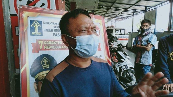Mata Agus Suparman (56) berkaca-kaca saat mengiringi anaknya masuk Lapas