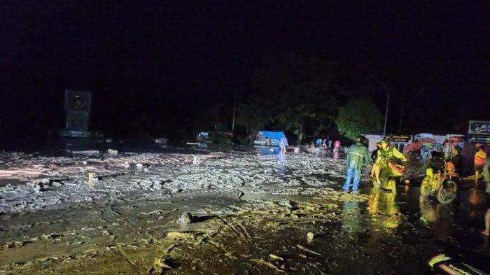 Material lumpur di Jl Trans Sulawesi, Desa Radda, Kecamatan Baebunta, Kabupaten Luwu Utara, Sulawesi Selatan, Senin (13/7/2020) malam.