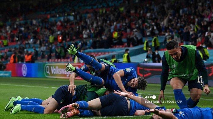 Gelandang Italia Matteo Pessina merayakan dengan rekan setimnya setelah mencetak gol kedua tim selama perpanjangan waktu dalam pertandingan sepak bola babak 16 besar UEFA EURO 2020 antara Italia dan Austria di Stadion Wembley di London pada 26 Juni 2021.
