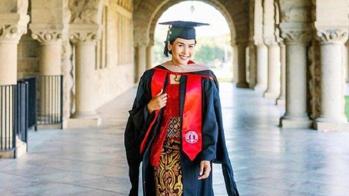 Maudy Ayunda di hari kelulusannya mengenakan kebaya berwarna merah