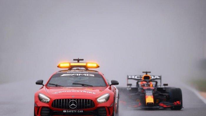 Hujan deras selama tiga jam di gelaran F1 Belgia, Minggu (29/8/2021) di Sirkuit Spa-Francorchamps membawa Max Verstappen tim Red Bull Racing kembali naik podium kemenangan.