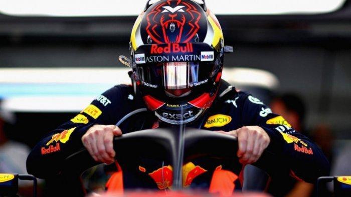 Max Verstappen saat bersiap memasuki mobil Red Bull Racing jelang mengikuti salah satu sesi pada hari pertama gelaran F1 GP Prancis 2018, Jumat (22/6/2018).