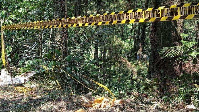 Garis polisi dipasang di lokasi penemuan mayat dalam koper di atas jurang hutan pinus, Kampung Teluk Waru RT 01/13, Desa Curug Bitung, Kecamatan Nanggung, Bogor, Jawa Barat.