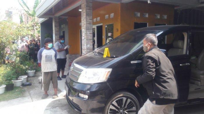 Petugas Kepolisian saat evakuasi dua mayat di salah satu rumah yang berada di Kampung Ciseti, Desa Jalan Cagak, Kecamatan Jalan Cagak, Kabupaten Subang, Rabu (18/8/2021).