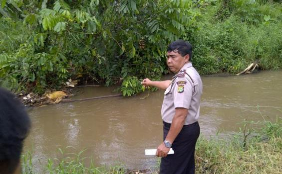 Mayat Pria Berseragam Taksi Mengambang di Kali Ciliwung