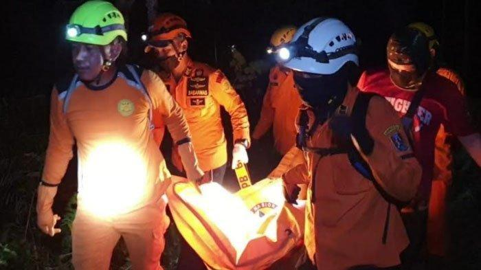 Evakuasi mayat Marsih (81) di hutan Desa Gesikan, Kecamatan Sedan, Rembang, Selasa (4/5/2021) malam.