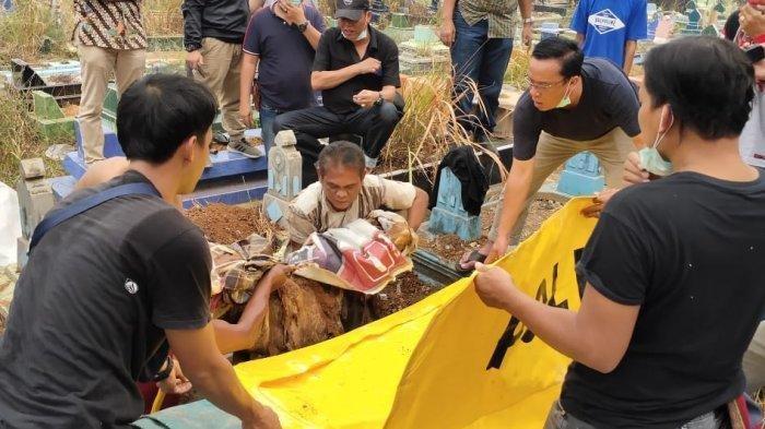 Proses evakuasi mayat diduga Apriyanita di TPU Kandang Kawat Palembang. Apriyanita adalah PNS Kementeria PU yang hilang sejak 9 Oktober lalu.