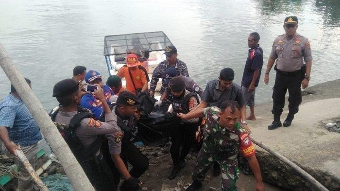 Jenazah pria tanpa identitas dievakuasi ke TPI Pusong Lhokseumawe.