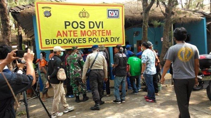 Suasana evakuasi korban di Posko Operasi SAR Gabungan laka laut Pantai Goa Cemara pada Sabtu (8/8/2020)