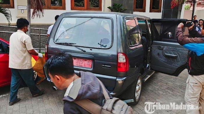 Polisi mengidentifikasi penemuan mayat di mobil pelat merah di halaman kantor Dinas Sosial Kabupaten Tuban, Senin (23/9/2019) pagi.  TRIBUNMADURA.COM/M SUDARSONO