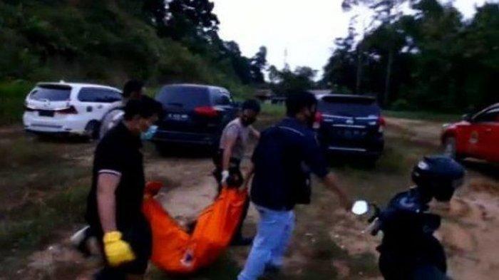 Tim gabungan mengevakuasi mayat perempuan yang ditemukan di tepi kolam Mayang Mangurai, Kecamatan Teluk Bayur, Berau, Rabu (21/10/2020).