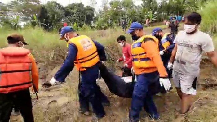 Setelah dua hari dilakukan pencarian, korban pembunuhan yang dibuang ke Sungai Kali Layang berlokasi di perbatasan antara Kecamatan Kesesi, Kabupaten Pekalongan dengan Kecamatan Bodeh, Kabupaten Pemalang, akhirnya bisa ditemukan, Selasa (28/4/2020)