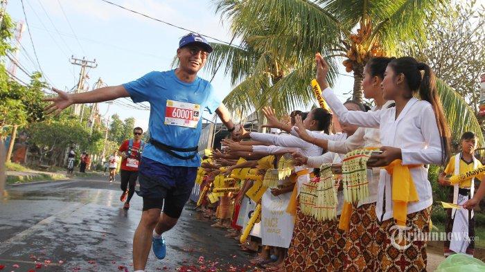 Para pelari saat mengikuti lomba lari Internasional yang digelar oleh PT Bank Maybank Indonesia Tbk (Maybank Indonesia) yaitu Maybank Bali Marathon (MBM) 2018, yang tahun ini bertepatan dengan perayaan Hari Olahraga Nasional di Kanupaten Klungkung, Bali, Minggu (9/9/2018). Maybank Bali Marathon 2018 diikuti lebih dari 10.000 pelari dari 46 negara termasuk Indonesia, dengan jumlah peserta terbesar berasal dari tuan rumah. Secara keseluruhan, peserta event marathon tahunan ini sudah meningkat 12,9% dari tahun lalu, memastikan konsistensi event olahraga dalam menjaga standar internasional dan diminati kalangan pelari dari berbagai penjuru dunia. Tribunnews/Jeprima