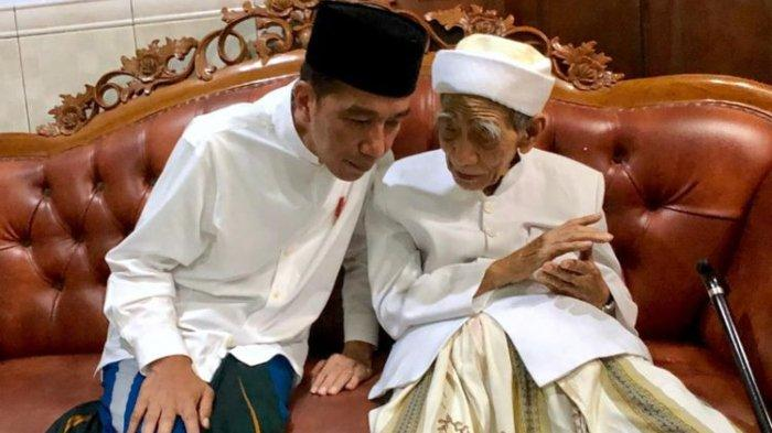 Mbah Moen atau KH Maimoen Zubair meninggal dunia, Selasa (6/8/2019), pernah beri Jokowi sorban.